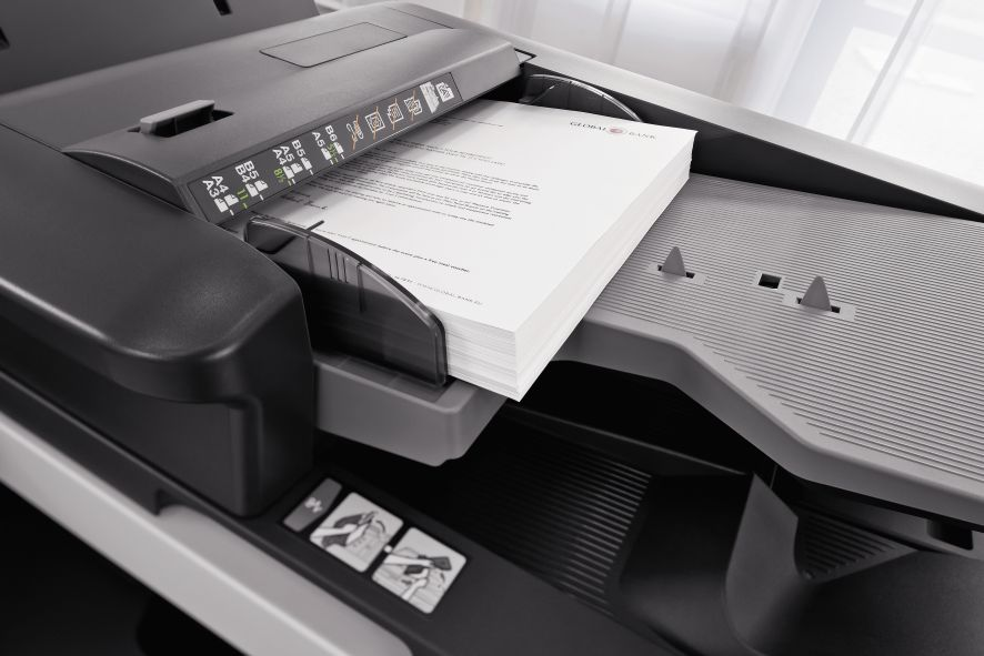 urządzenie drukujące z wydrukowanymi kartkami