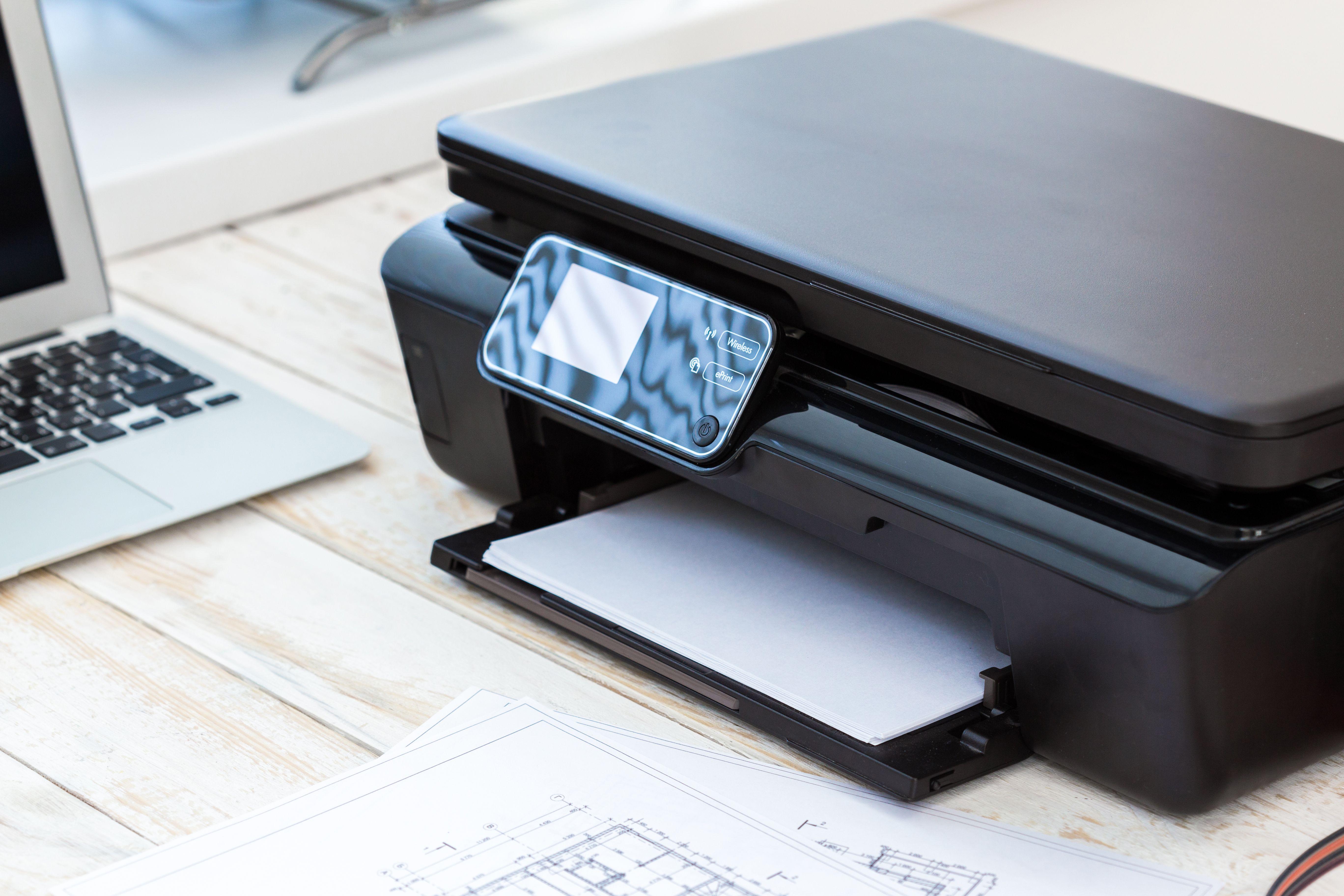urządzenie drukujące na biurku