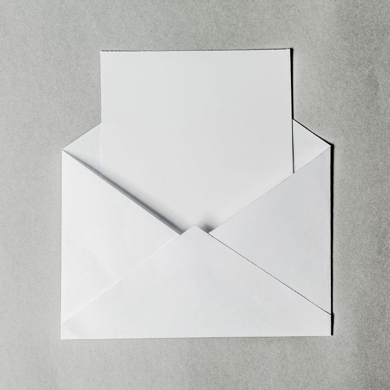 biała kartka w białej kopercie