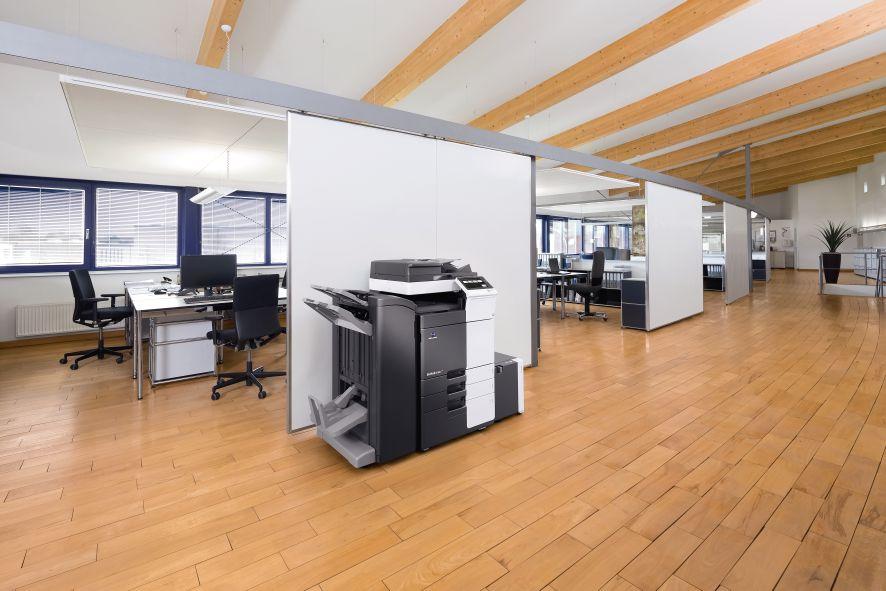 biuro z urządzeniem drukującym